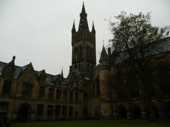 กลาสโกว์, UK: Découverte de Glasgow (ici l'Université) sous un ciel couvert. Très forte ressemblance avec cell