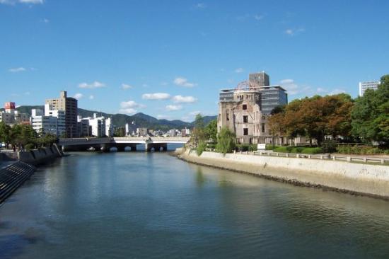 ฮิโระชิมะ, ญี่ปุ่น: Looking back at the bridge that was the target for the Abomb.. missed by >......................