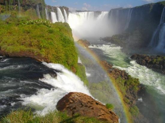 ฟอสโดอีกวาซู: Chutes d'Iguaçu - Vue sur la Gorge du Diable et notez le bel arc en ciel !! C'est beaaau