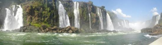 ฟอสโดอีกวาซู: Chutes d'Iguaçu depuis l'eau sur la frontière entre l'Argentine et le Brésil