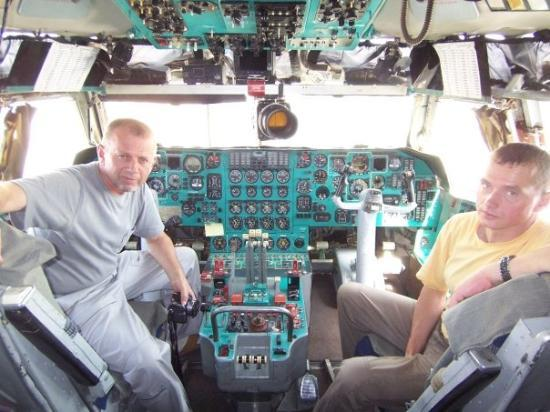 Kabul, อัฟกานิสถาน: Capt. & Co Pilot.....IL-76...Russian Crew