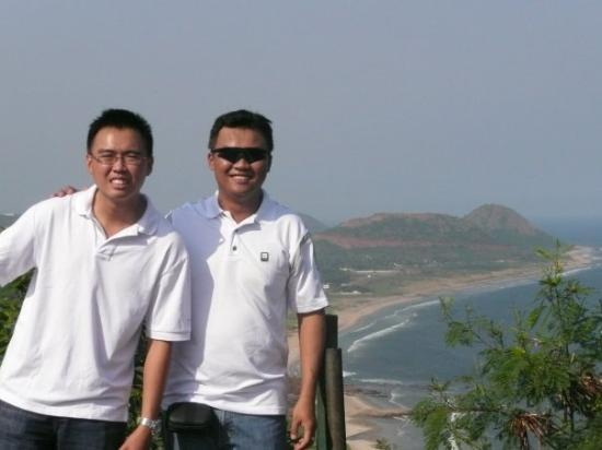 Visakhapatnam, อินเดีย: up on a hill with valour chief in india =)