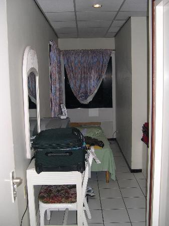 Hotel Pelikaan & Casino : Small room