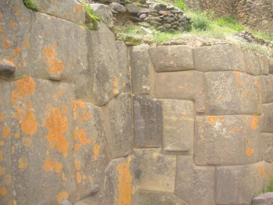 อูรูบัมบา, เปรู: Incan temple...look at the intricate carving...it is so perfect that not even a pice of paper ca
