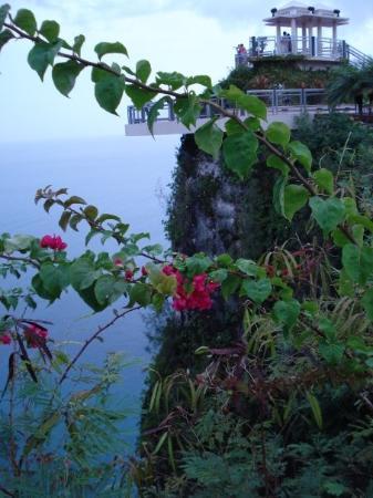 ทูมอน, หมู่เกาะมาเรียนา: Cliff face of Two Lovers Point....