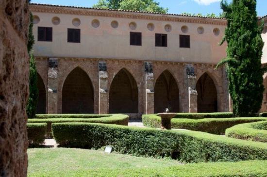 Nuevalos, สเปน: Claustro Monasterio
