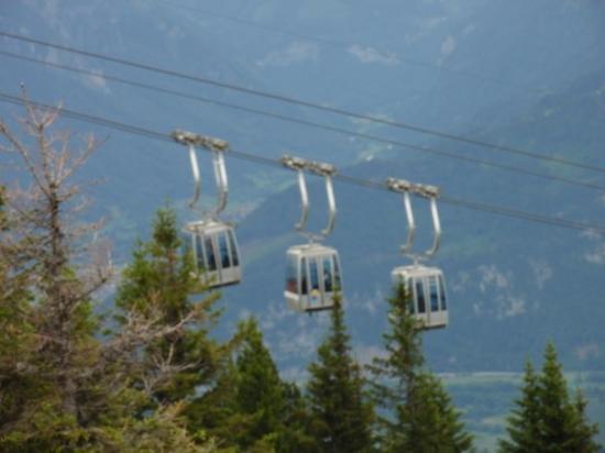 ทัน, สวิตเซอร์แลนด์: Drei Kabinen einer Gruppe der Gruppenumlaufbahn, fast bei der Bergstation
