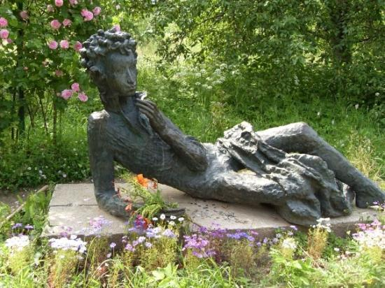 Pskov, รัสเซีย: Pushkin monument - pupil of liceum.