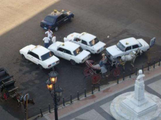 คิวบา: The Vintage cars from our hotel room in Havana