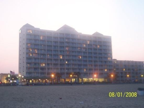 เวอร์จิเนียบีช, เวอร์จิเนีย: our hotel (our hotel got struck w/ lighting one night as we were walking back.  the thunder was