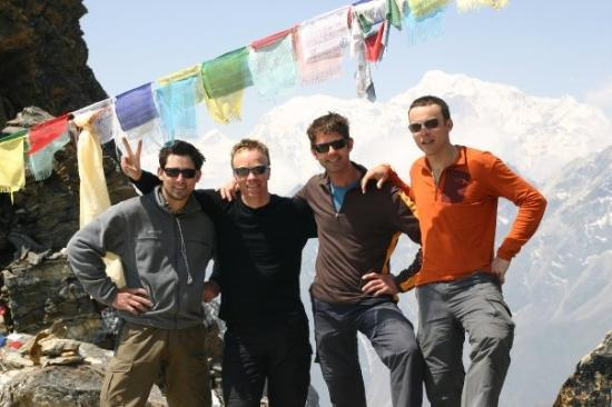 Sagarmatha National Park, เนปาล: March 31, 2009, on top of the Lhenjo La (pass), 5417 meter (fltr: Angelo, me, André, Joldert)