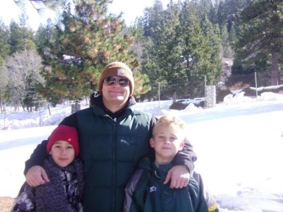บิกแบร์เลก, แคลิฟอร์เนีย: Big Bear with the boy's in the snow! It's colder than it looks..