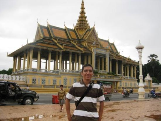 พนมเปญ, กัมพูชา: in front of royal palace