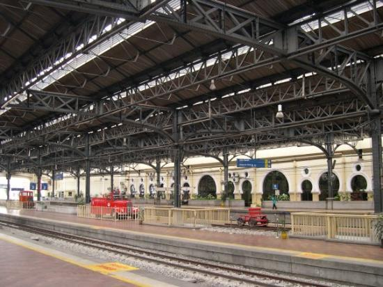 กัวลาลัมเปอร์, มาเลเซีย: The old KL train station. The architecture reminds me of the Brighton railway station