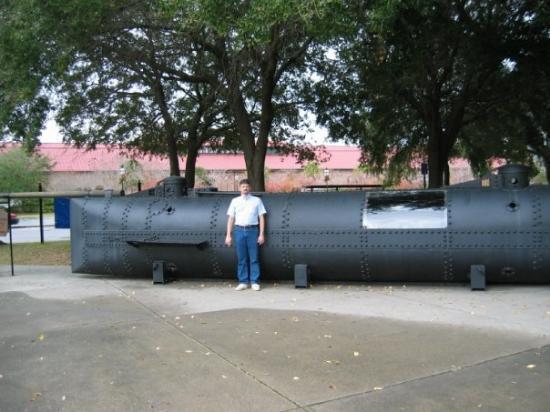 ชาร์ลสตัน, เซาท์แคโรไลนา: Replica of Civil War submarine at Charleston, S.C.  Museum.