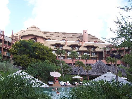 Disney's Animal Kingdom Lodge: Vista del hotel desde la piscina