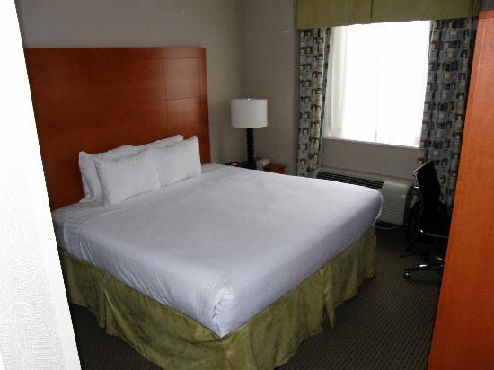 Holiday Inn NYC - Manhattan 6th Avenue - Chelsea: Room... almost haft of its space is occupaid by king bed