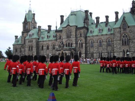 ออตตาวา, แคนาดา: Ottawa does the Royal thing, with bands and all.