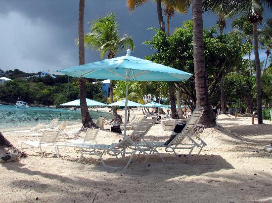 Secret Harbour Beach Resort: Looking towards the bar and restaurant from the oceanfront rooms