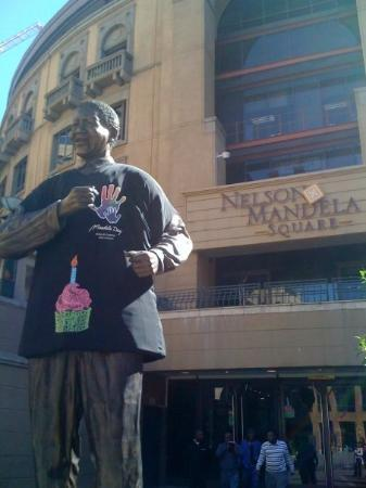 โจฮันเนสเบิร์ก, แอฟริกาใต้: Nelson Mandela Square