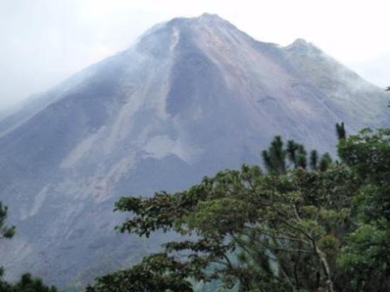 อุทยานแห่งชาติ Arenal Volcano National Park, คอสตาริกา: Our view of Arenal volcano from the hotel.