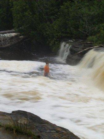 พาราไดซ์, มิชิแกน: kid trying to swim in the tahquamenon river