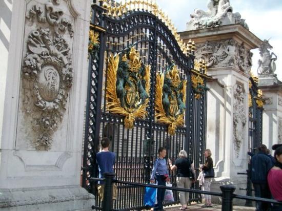 พระราชวังบักกิงแฮม: The gates to Buckingham Palace
