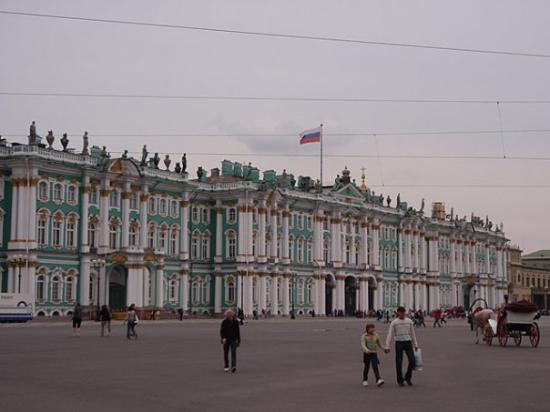 พิพิธภัณฑ์เฮอร์มิทาจและพระราชวังฤดูหนาว: The Winter Palace (Hermitage Museum) on a cloudy day. There are over 3 million works of art in t
