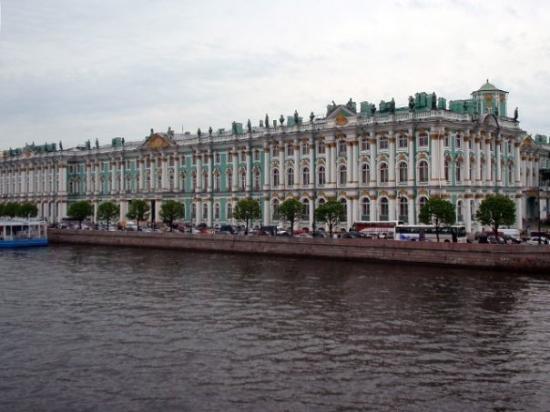 พิพิธภัณฑ์เฮอร์มิทาจและพระราชวังฤดูหนาว: The Winter Palace seen from the River Neva.