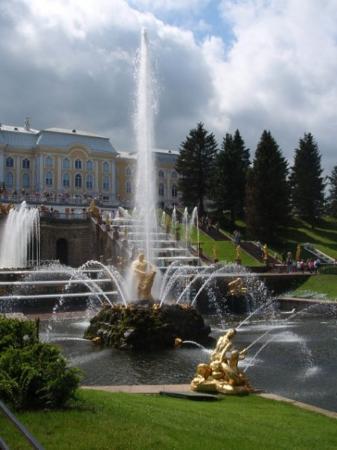 พระราชวังและสวนปีเตอร์ฮอฟ: The cascades at Peterhof, Peter the Great's Palace... the Russian Versailles.