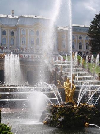 พระราชวังและสวนปีเตอร์ฮอฟ: The cascades in front of the Palace or back of the Palace... on one side of the Palace.