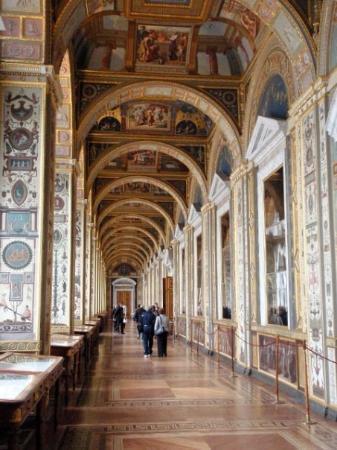 เซนต์ปีเตอร์สเบิร์ก, รัสเซีย: A hallway in the Hermitage.