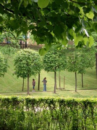 เซนต์ปีเตอร์สเบิร์ก, รัสเซีย: Two girls in the park.