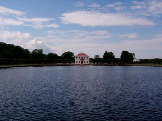 เซนต์ปีเตอร์สเบิร์ก, รัสเซีย: The guest house at Peterhof set on the square pond.
