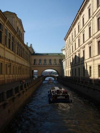 เซนต์ปีเตอร์สเบิร์ก, รัสเซีย: The Winter Canal and Hermitage Bridge.