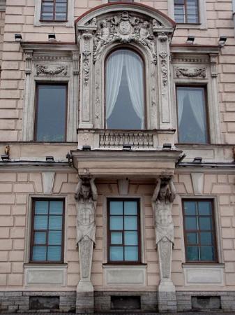 เซนต์ปีเตอร์สเบิร์ก, รัสเซีย: They've been holding this window up for many years.