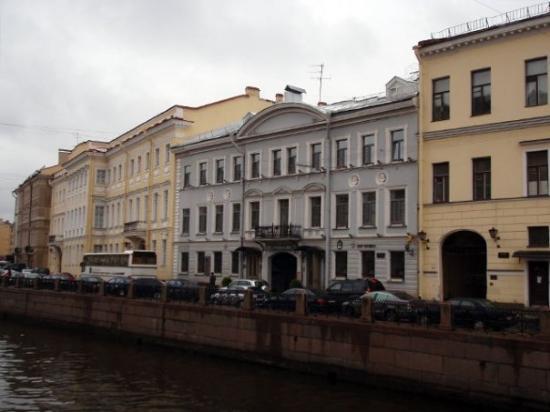 โรงแรม ปุชกา อินน์: Pushkin's house adjacent to our hotel... The yellow building on the left with the bus in front.