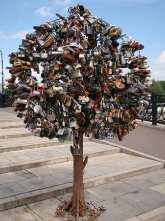 มอสโก, รัสเซีย: Lock Trees  It is a tradition for people to attach a lock over a bridge on the tree and throw