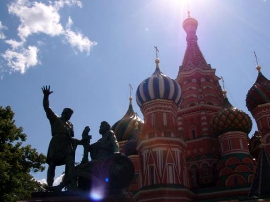 คาเธดราลเซนต์บาซิล: A monument to Minin and Pozharsky in front of the Basil Cathedral.