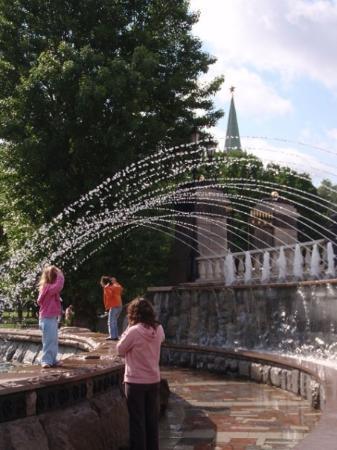 มอสโก, รัสเซีย: Manege Square fountain... a great hangout for families and drunks.