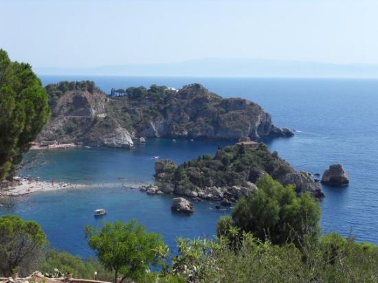 ทาโอร์มินา, อิตาลี: en boven op de rots staat een huis, met de voetjes en boodschappe door het water.... nee nee we