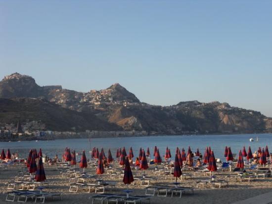 ทาโอร์มินา, อิตาลี: ons strand - Lido Naxos, twee ligbedden en ne parasol voor een hele dag tussen de 10 en 15 euro