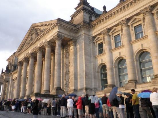 สภาผู้แทนราษฎรเยอรมัน: Coooooola para entrar en el Reichstag, una horita....