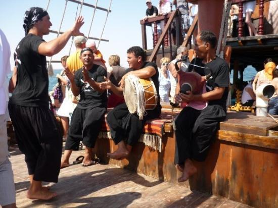 เกาะเจอร์บา, ตูนิเซีย: traditional djerbian folklore on Odyssé boat