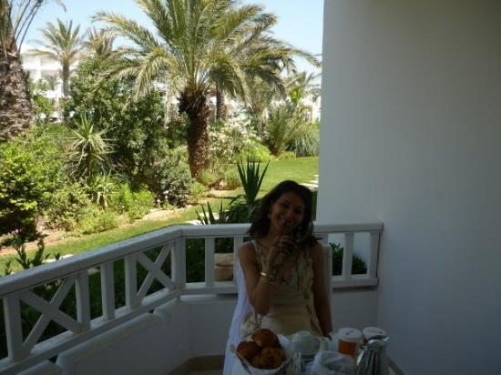 Radisson Blu Palace Resort & Thalasso, Djerba: enjoying breakfast in nature!