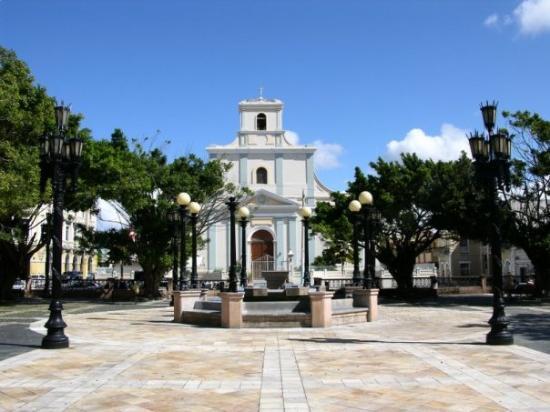 Arecibo, เปอร์โตริโก: Palza de Recreo Luis Munoz Rivera y catedral de san Felipe Apostol.
