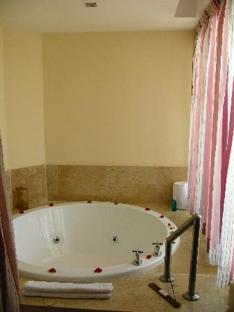 Excellence Playa Mujeres: In-room jacuzzi