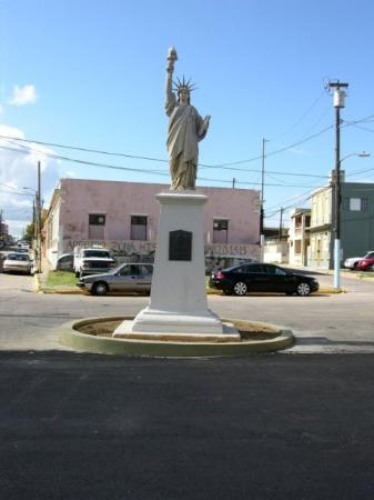 Arecibo, เปอร์โตริโก: Esatatua de la Libertad en la Plaza del Fuerte.