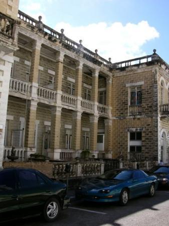 La Casa Sulieveres, primer edifico residencial de dos pisos en Arecibo.