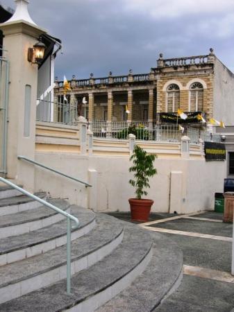 Arecibo, เปอร์โตริโก: Escalinatas de la catedral...